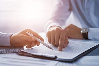 Hände über Dokument